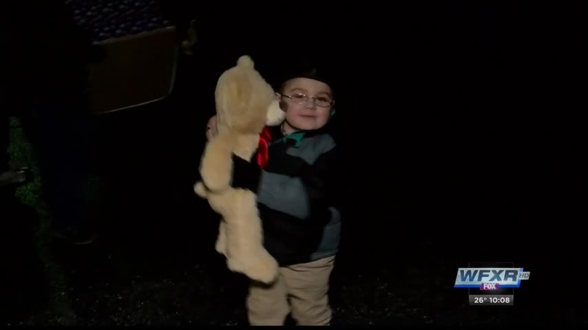 5 year old delivers bears collected for children in need_36903539