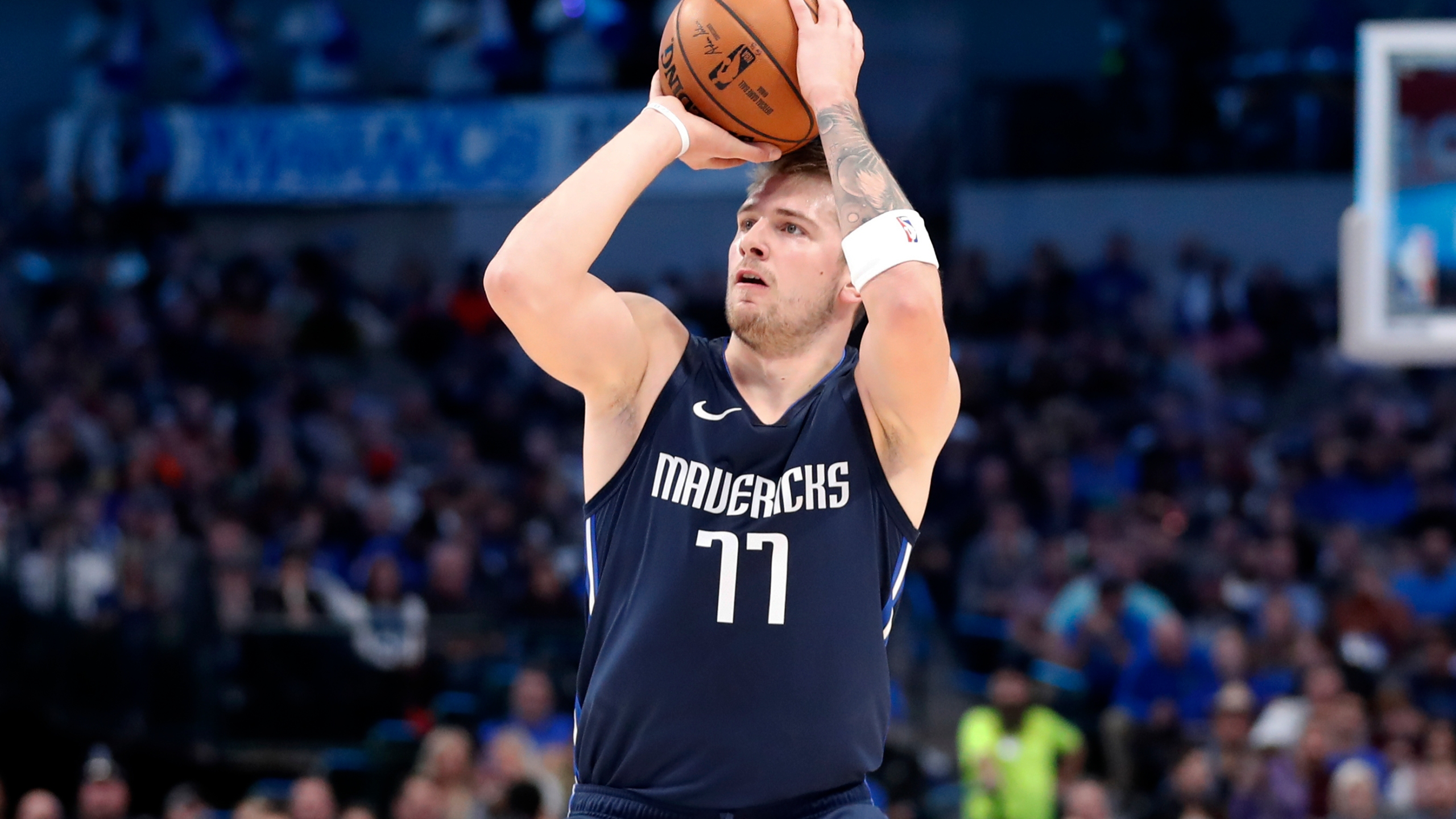 Doncic Rolls With Nowitzki Watching Mavs Rout Cavs 143 101 Wfxrtv